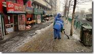 Toute la ville est gelée, des agents armés de pelles un peu partout