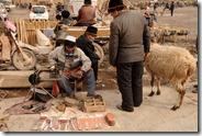 Marché aux bestiaux de Kashgar, cordonnier