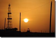 Sur la piste pour la mer d'Aral, puits de gaz et de pétrole